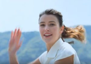 オランジーナCMでフランス人先生役の女優は誰?挨拶の内容もチェック!